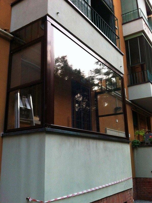 balcone con vetro per la protezione dai raggi UV