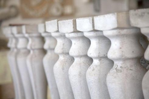 Balaustre in cemento, Cornici fregi e modiglioni