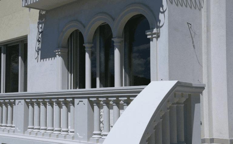 Balconata con ringhiera di colonne