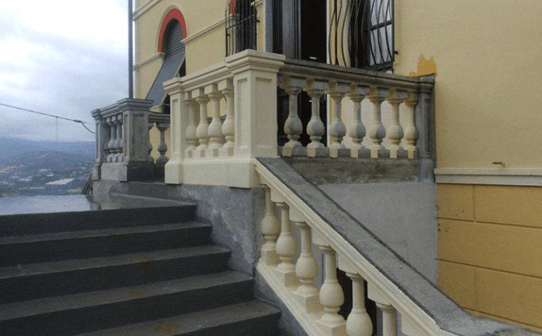 Scalinata con ringhiera di colonne