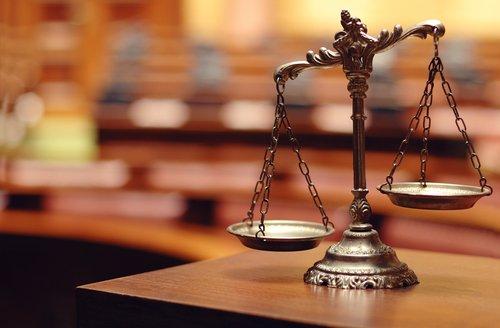 bilancia appoggiata sulla scrivania di uno studio legale