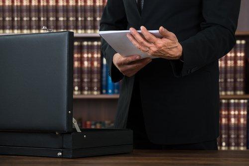 avvocato con documenti in mano