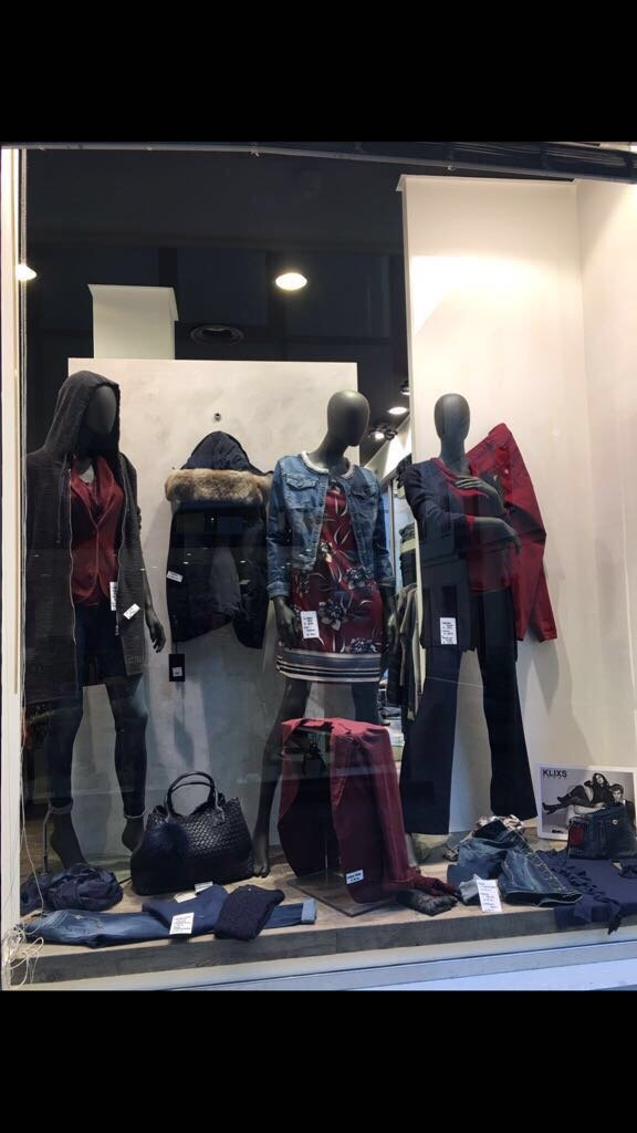 una donna guardando vestiti