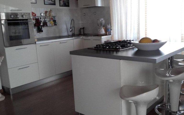 Salone con cucina a vista