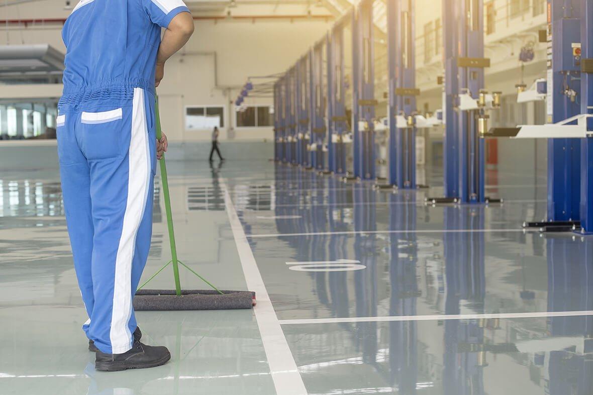 addetto pulisce pavimenti di un ufficio