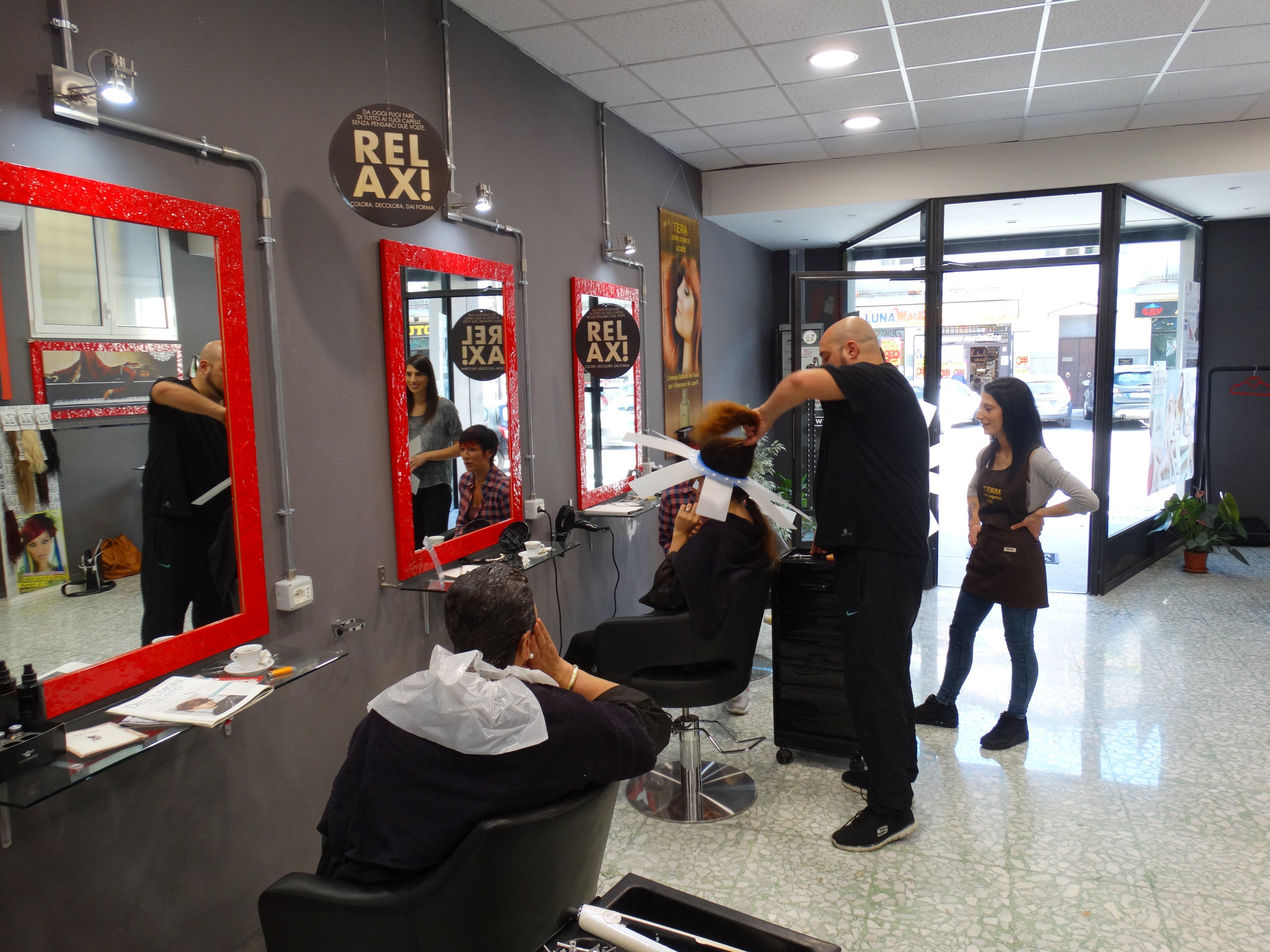 Interno dei locali del parrucchiere Testa a Testa di Valmontone