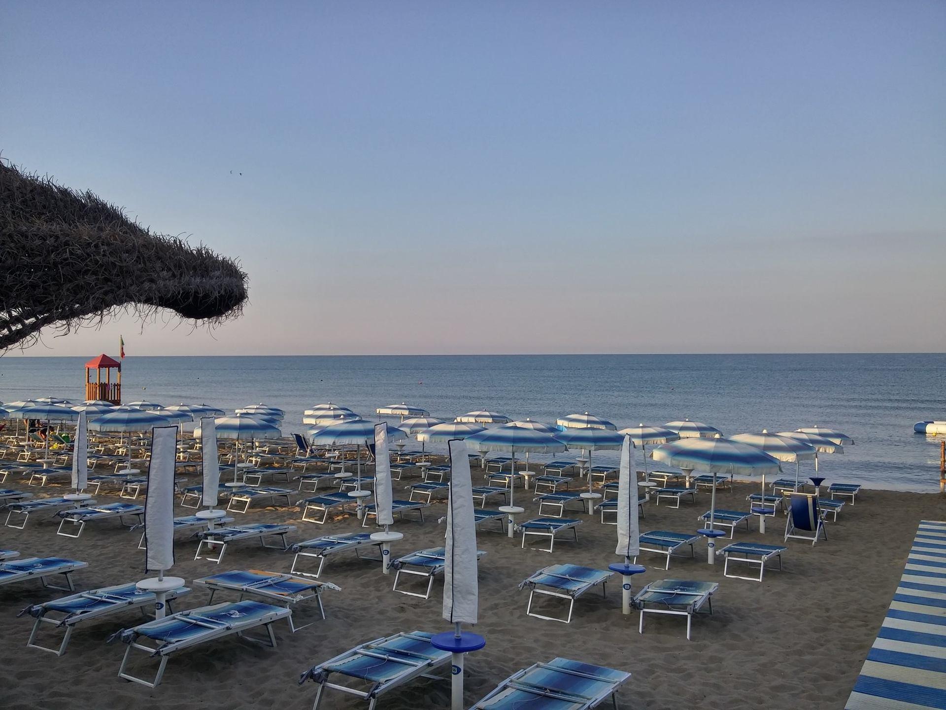 vista di ombrelloni e del mare