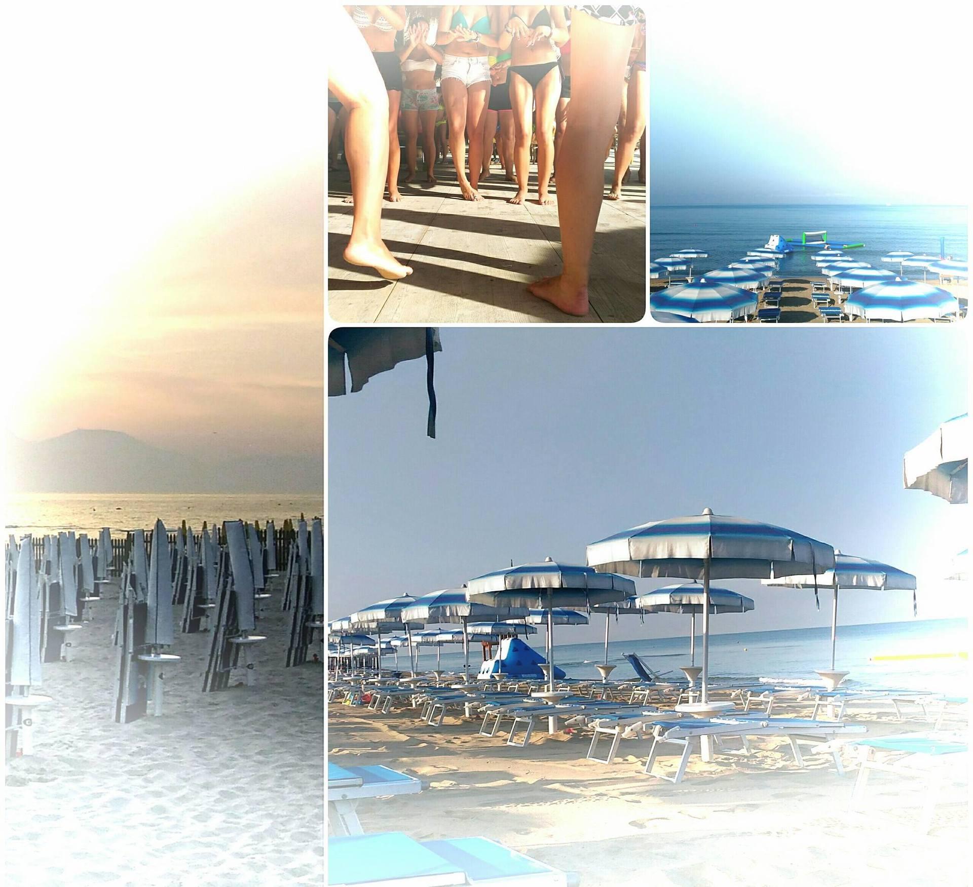 degli ombrelloni in una spiaggia