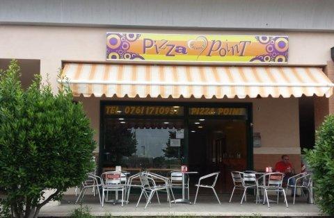 Pizzeria con tavoli all'aperto