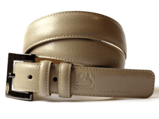 una cintura in pelle beige