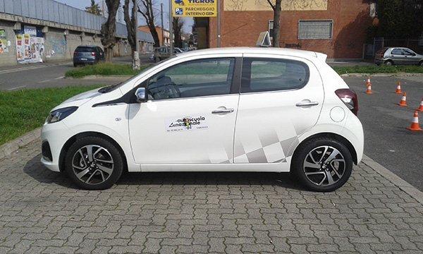 Auto bianca della Scuola Guida parcheggiata