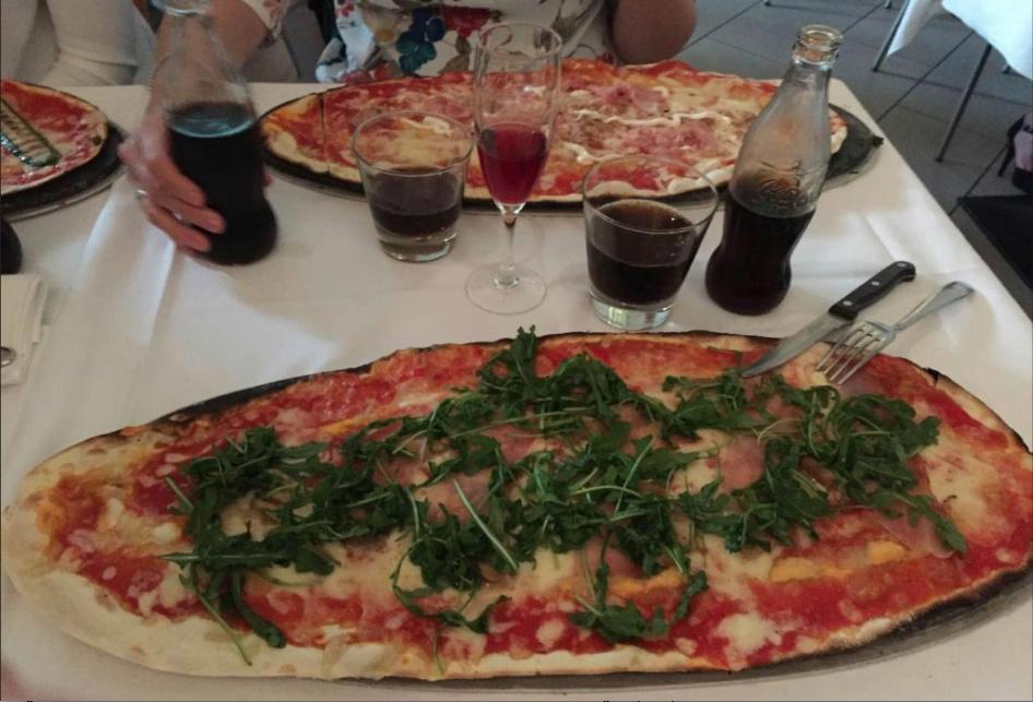 due pizze farcite su un tavolo apparecchiato