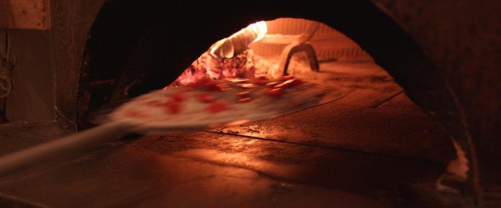 cottura pizza in un forno a legna