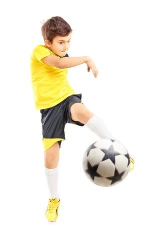 ragazzino calciando una palla