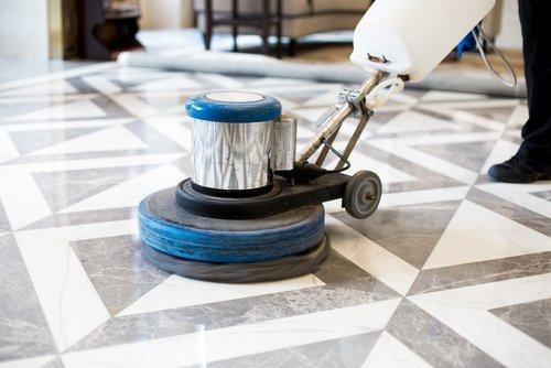 lucidatura pavimento in marmo con monospazzola