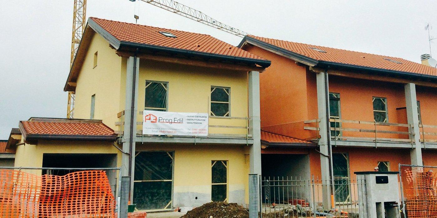 una casa gialla con dei mattoni rossi a vista