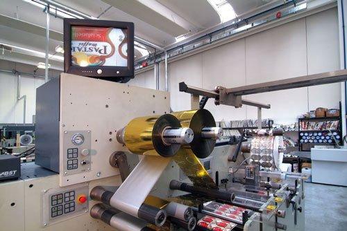un macchinario in una fabbrica di etichette