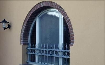 Finestra in alluminio arcata