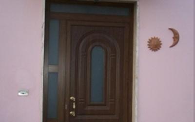 Porta da ingresso con ante asimmetriche