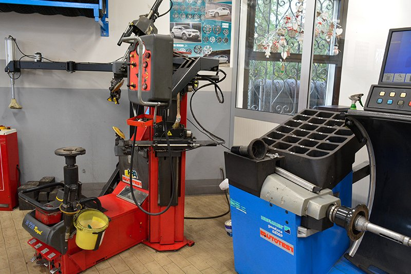 vista di due macchinari rossi e blu per la convergenza e l'equilibratura dei pneumatici