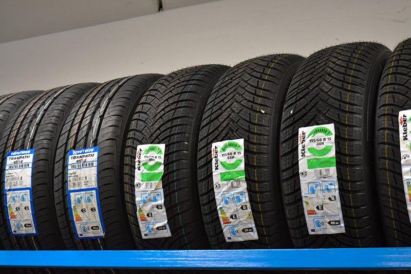 una serie di pneumatici etichettati uno accanto all'altro