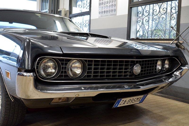 vista di una macchina Ford Gran Torino di color nero vista da davanti