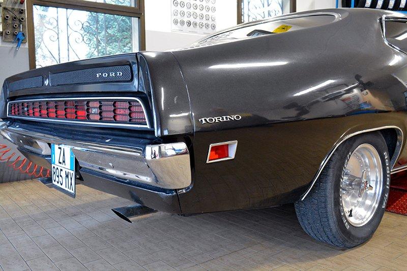 Una ford Gran Torino di color nero vista lateralmente