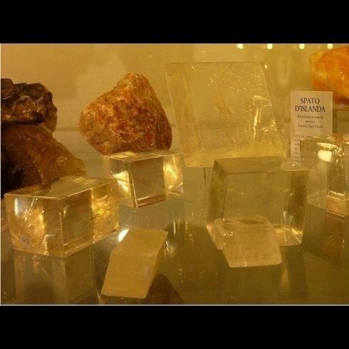 fume in piramide vetrina cristallo con scritto un cartello SPATO DISLANDA