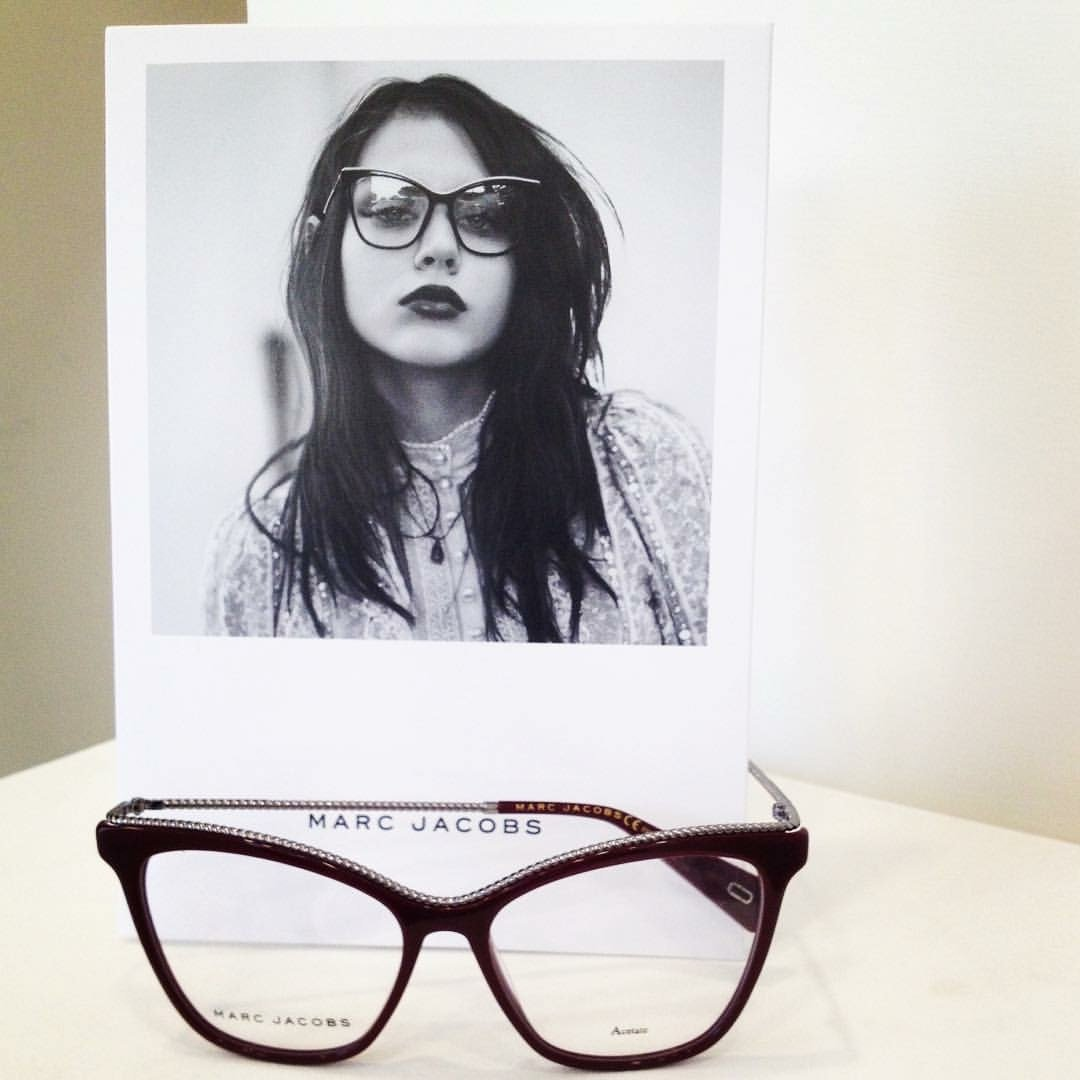 degli occhiali da vista bordeaux della marca Marc Jacobs
