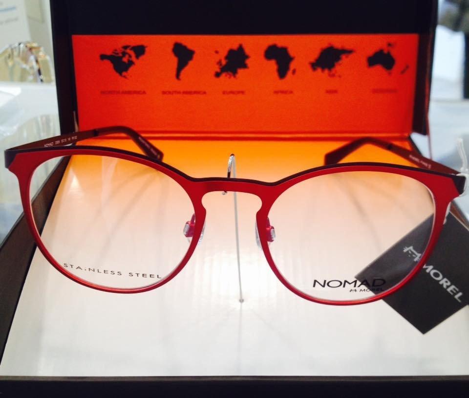 degli occhiali da vista rossi della marca Nomad