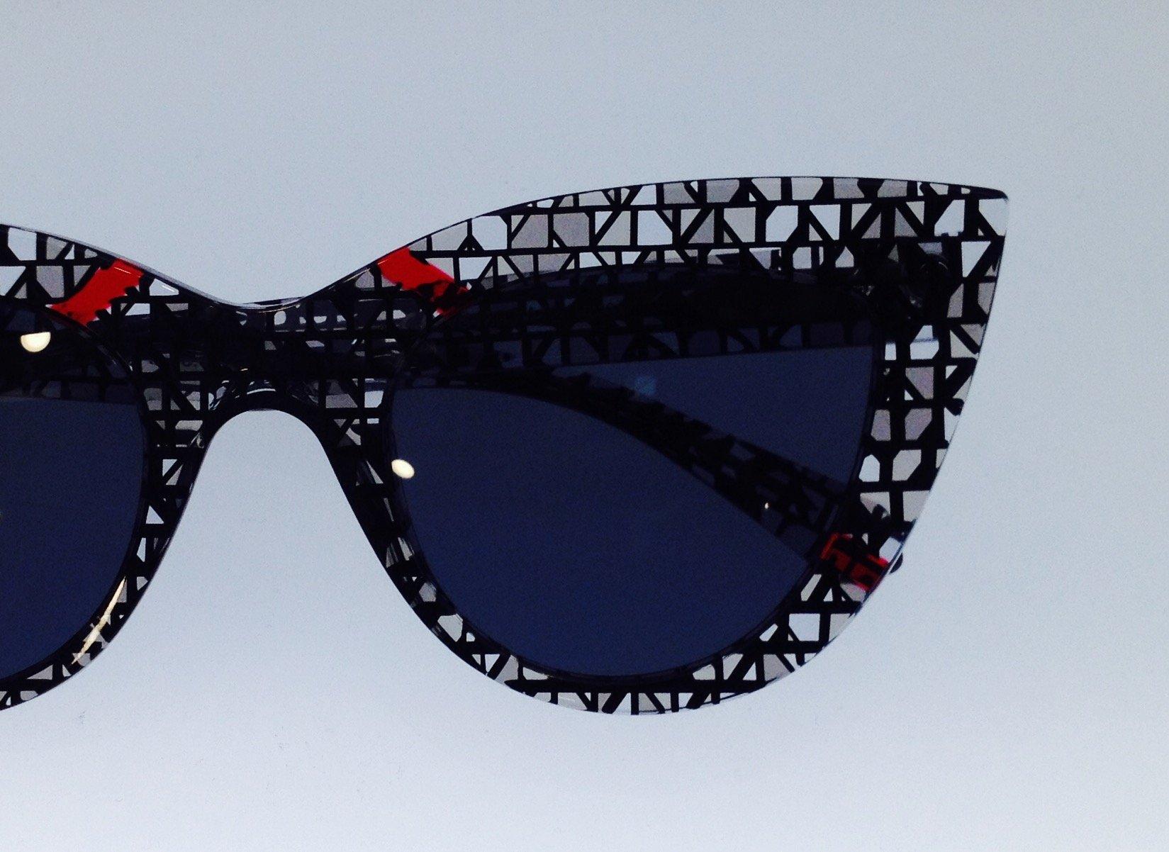 degli occhiali da sole con disegni bianchi e neri