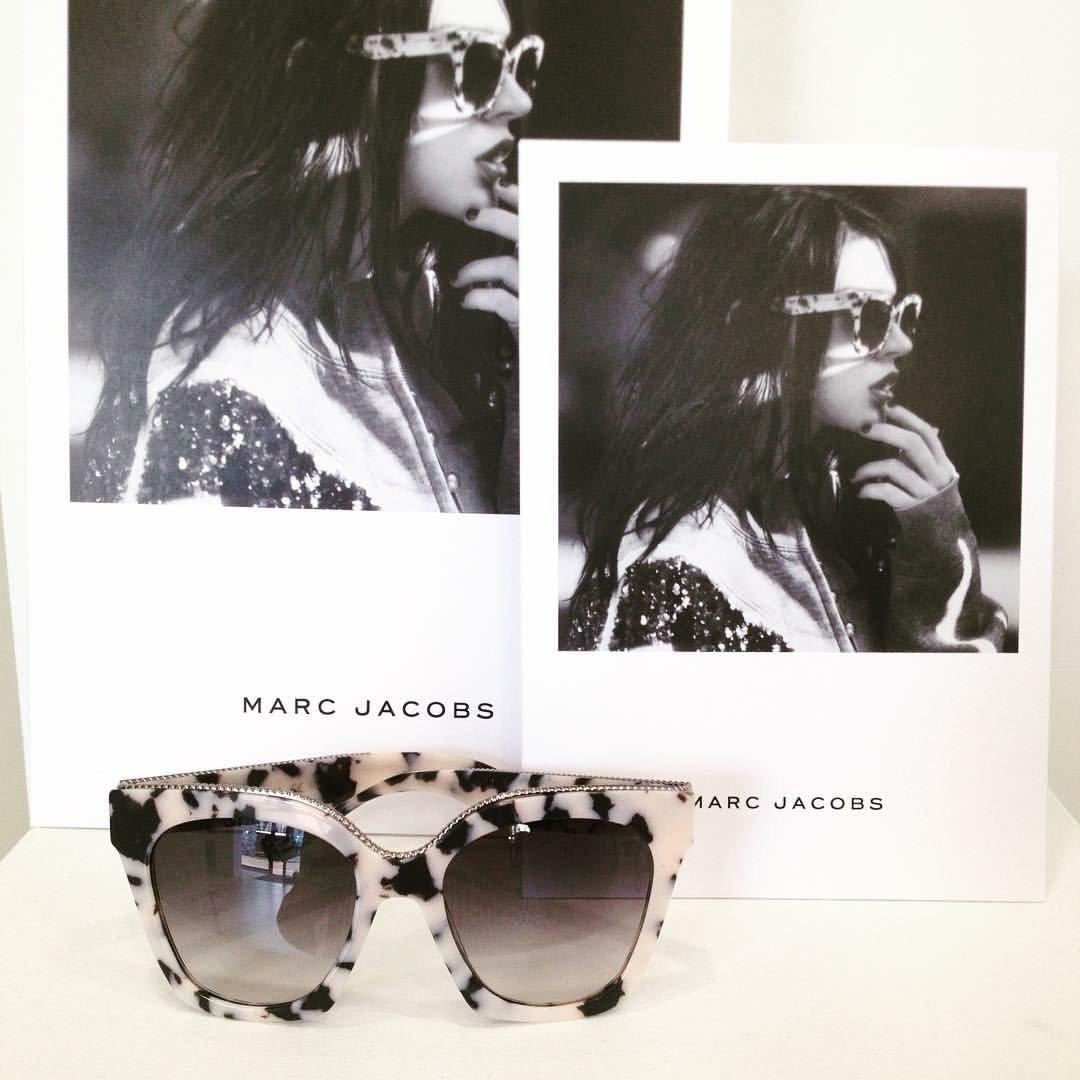 degli occhiali da sole zebrati della marca Marc Jacobs