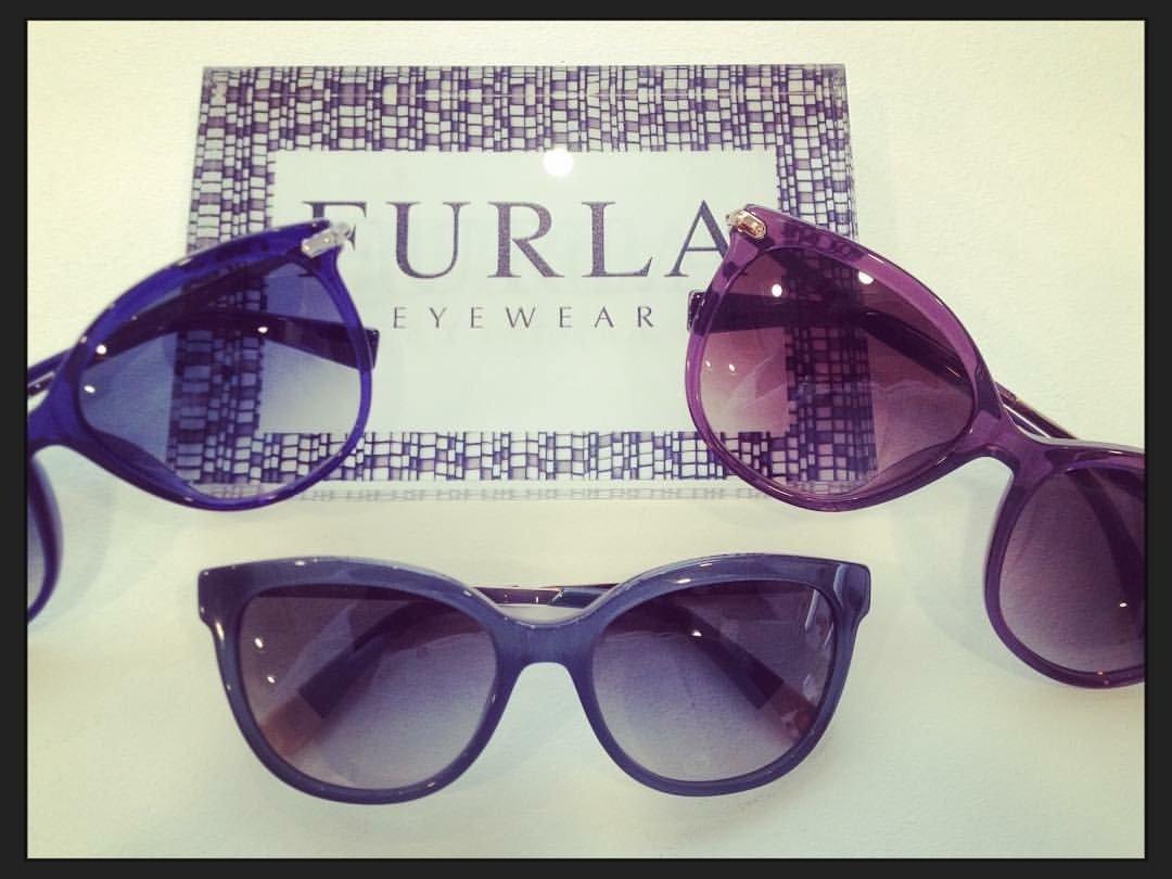 degli occhiali da sole della marca Furla