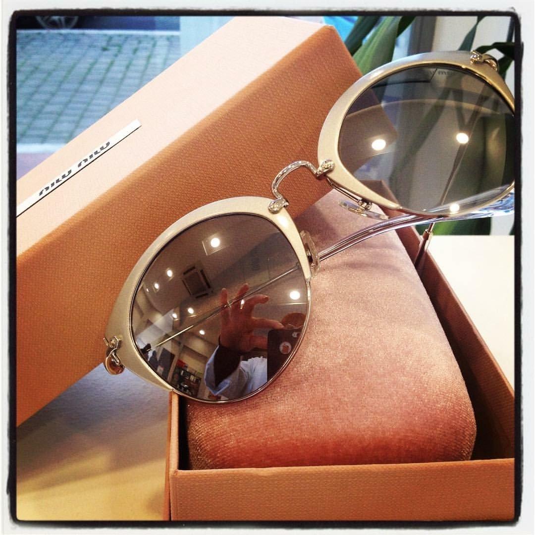 degli occhiali da sole della marca Miu Miu