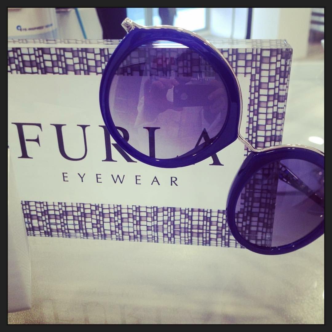 degli occhiali da sole blu della marca Furla