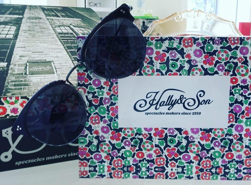 degli occhiali da sole neri della marca Hally & Son