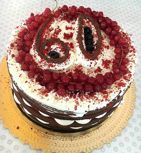 torta alla panna cioccolato e frutti di bosco