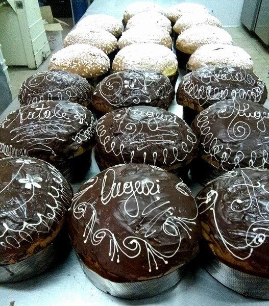 torte al cioccolato e crema con su scritto auguri