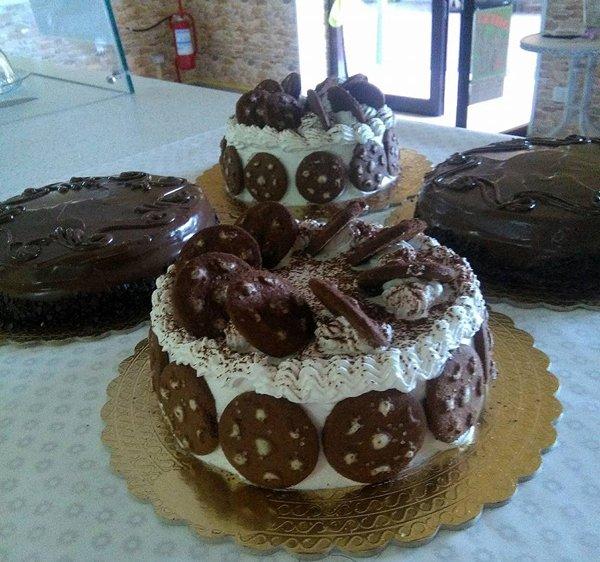 torta su due piani con biscotti e panna