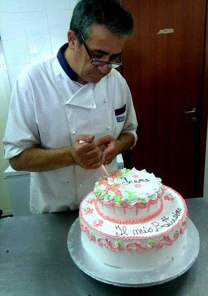 cuoco che prepara una torta per cerimonia