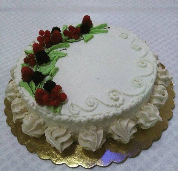 torta alla panna con frutti di bosco
