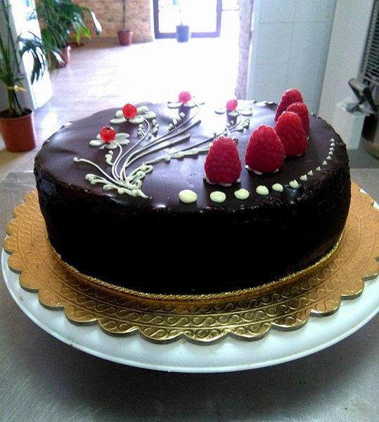 torta al cioccolato con frutti di bosco sopra