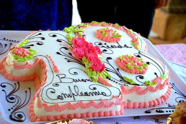 torta di compleanno colorata e farcita