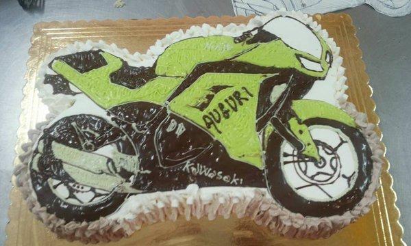 torta con motocicletta rappresentata sopra