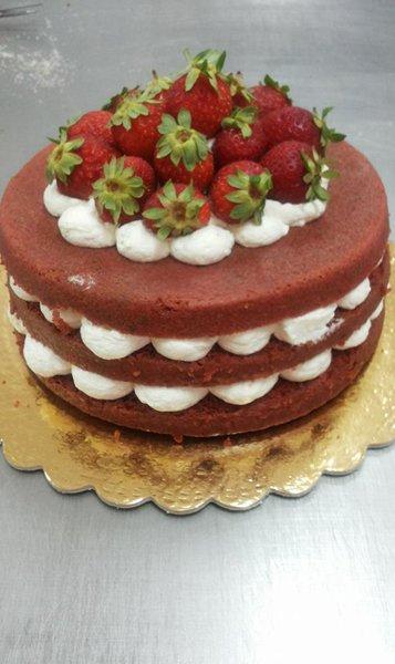 torta alle fragole farcita con panna