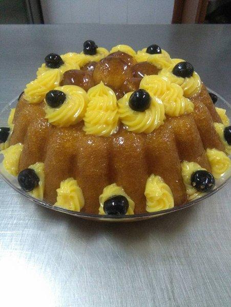 torta farcita con crema ed uva