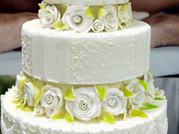 torta per eventi speciali con rose bianche