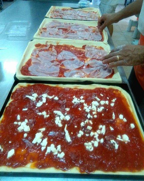 preparazione pizze in teglie