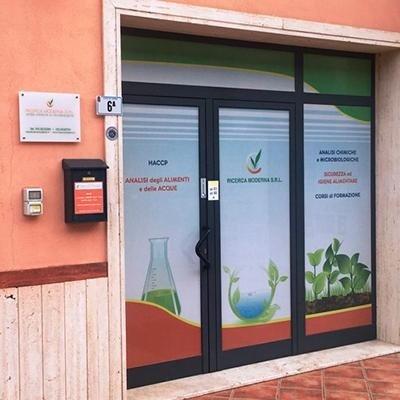 Laboratorio analisi chimiche e microbiologiche Ricerca Moderna