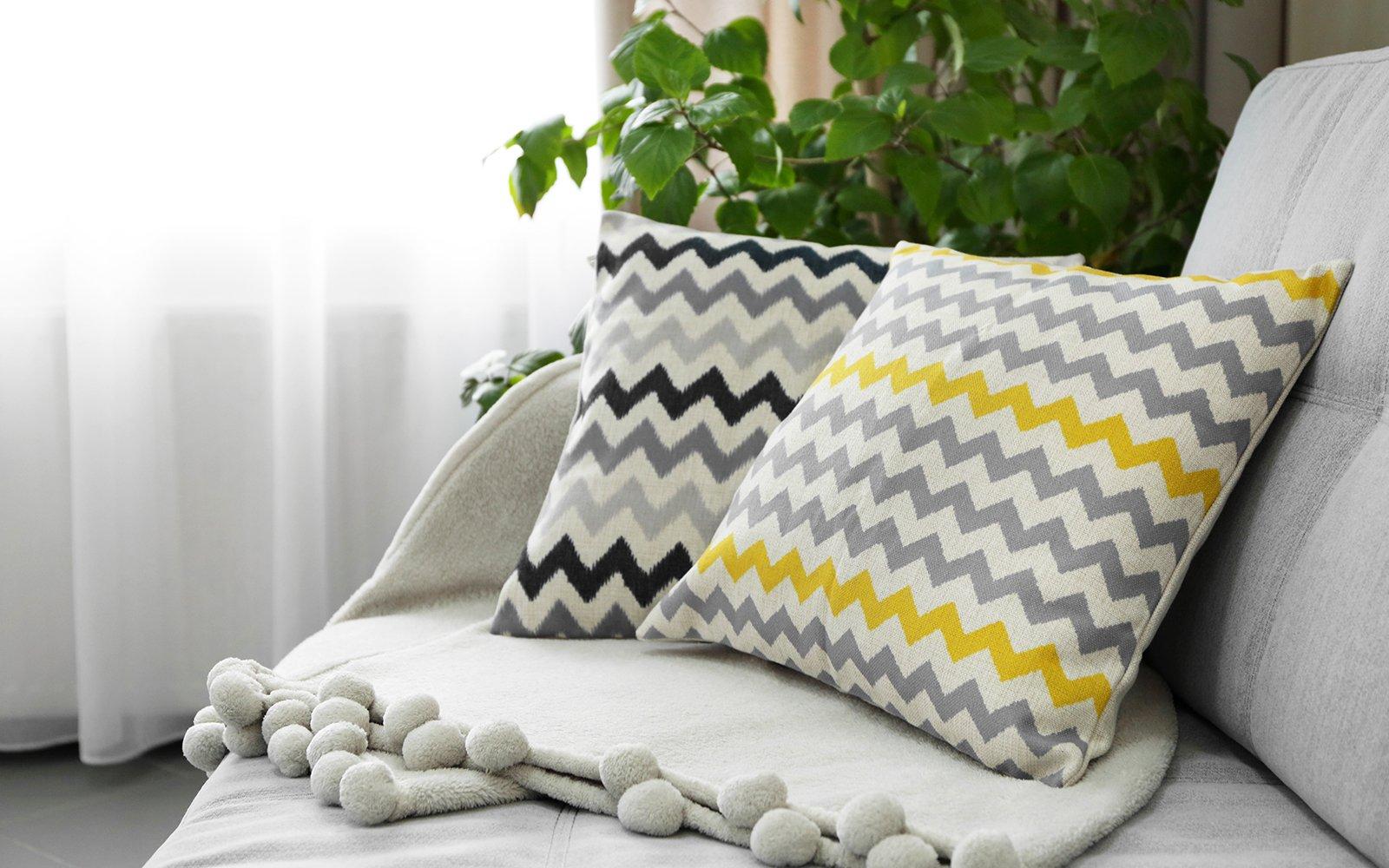 Due cuscini su un divano